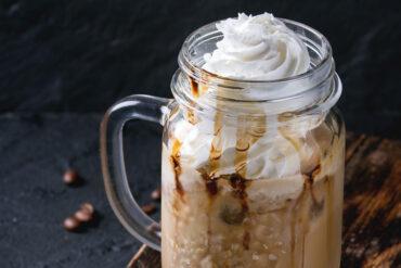 Einen leckeren Eiskaffee in Uelzen trinken.
