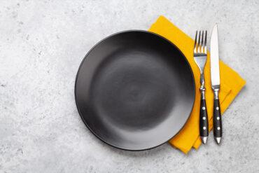 Ein leerer Teller zum klauen von den Eltern.
