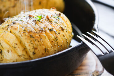 Eine leckere Ofenkartoffel mit Garnelenbestellen.