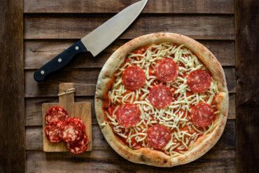 Eine kleine Salamipizza für Kinder.