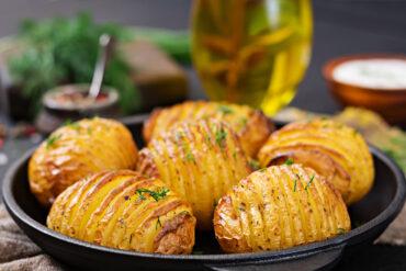 Eine leckere vegane Ofenkartoffel bestellen.